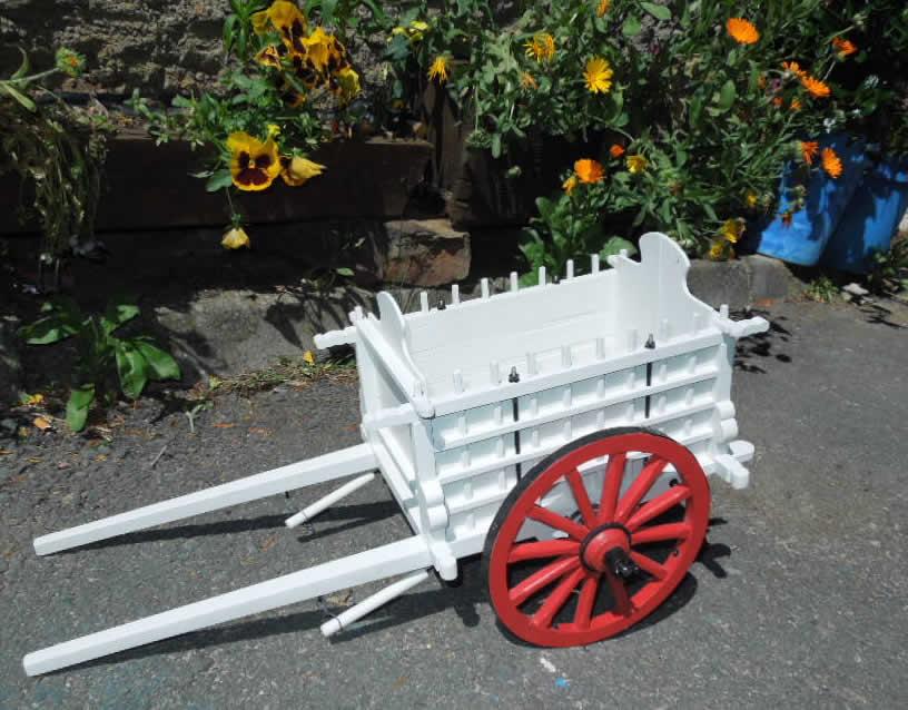 Artesan a en madera en vila carros de madera en for Carretas de madera para jardin