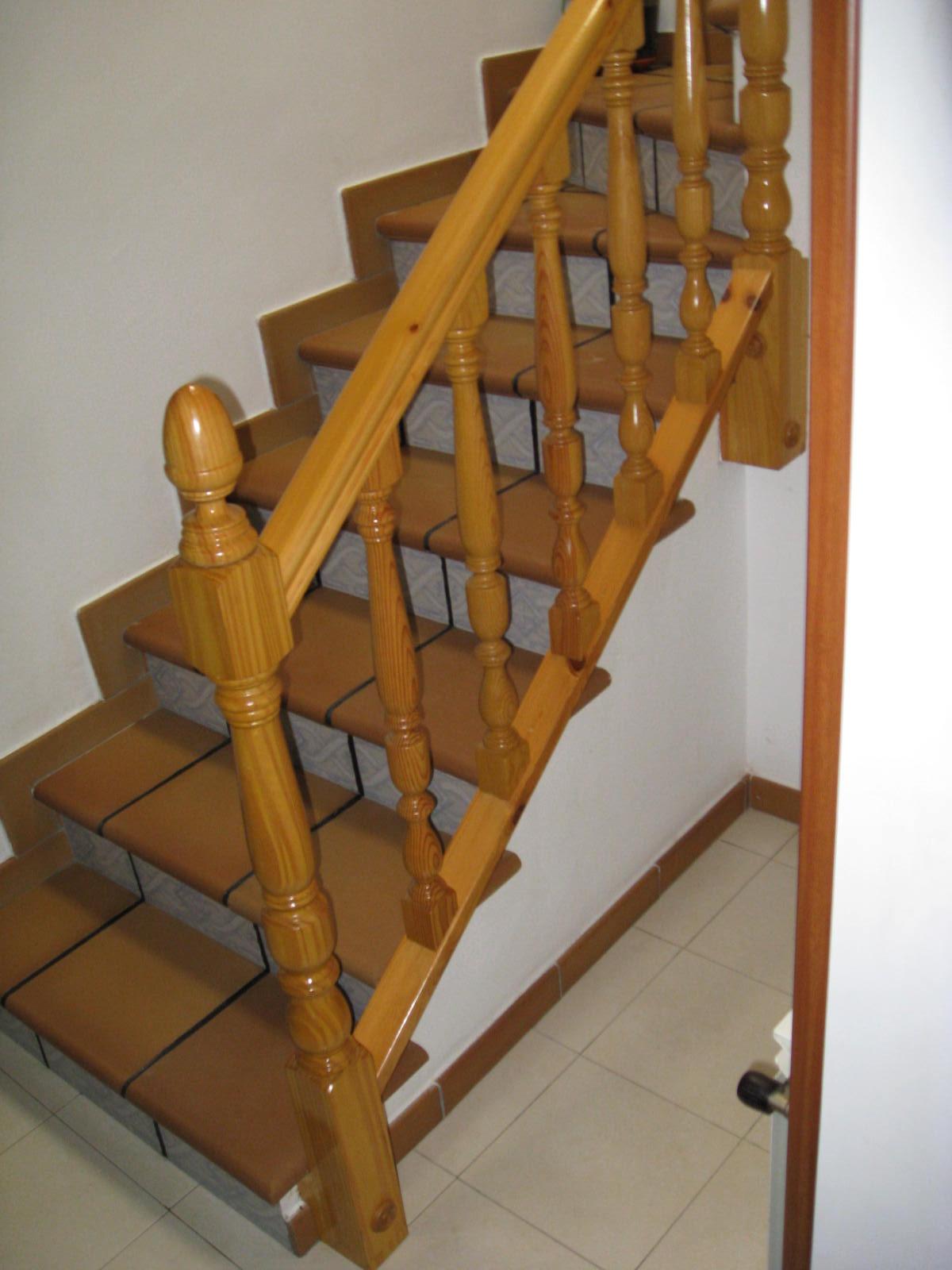 Barandillas de madera balaustres y balaustradas de for Como construir una escalera de hierro y madera