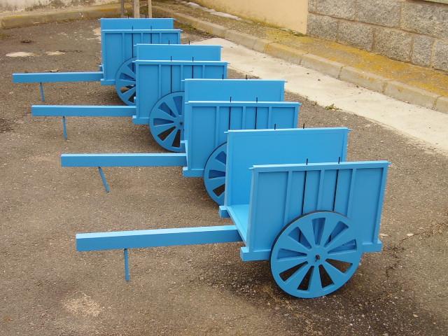Carros de madera lacados para decoraci n de jardines y for Carretas de madera para jardin