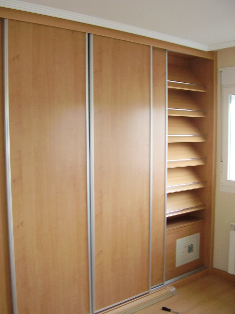 Foto de armario zapatero en un modulo de un armario empotrado for Zapatero de armario