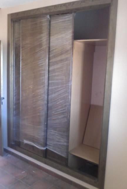 Como forrar y montar el interior de un armario empotrado - Montar puertas correderas ...
